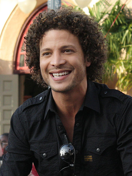 Justin Guarini with his curly hair as a male with curls Type III