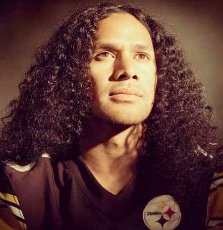 The long curly hair of Troy Polamalu